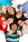 Freunde, die ihre Finger zeigen Lizenzfreie Stockfotos