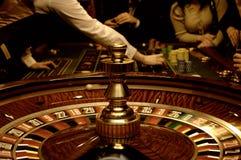 Freunde, die im Kasino spielen stockfoto