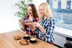 Freunde, die Kaffee fotografieren Lizenzfreie Stockfotos