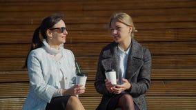 Freunde, die Kaffee und die Unterhaltung trinken stock footage