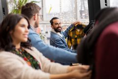 Freunde, die Kleidung am WeinleseBekleidungsgeschäft wählen Lizenzfreie Stockfotografie
