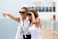 Freunde, die Kreuzfahrt genießen stockfotografie