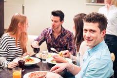 Freunde, die Lunchh an einem Restaurant haben Stockfotografie