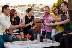 Freunde, die mit Champagner feiern Stockbilder