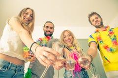 Freunde, die mit Champagner feiern lizenzfreies stockfoto