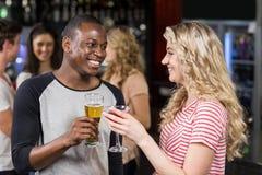 Freunde, die mit Cocktail und Bier rösten Stockfotografie
