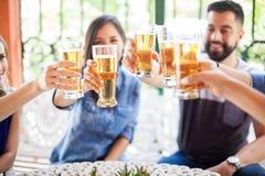 Freunde, die mit einem Toast feiern Stockbild