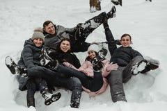 Freunde, die mit Schnee im Park spielen stockfoto