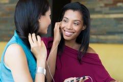 Freunde, die Musik hören Stockbild