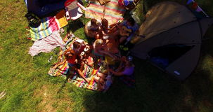 Freunde, die Picknick im Park haben stock footage
