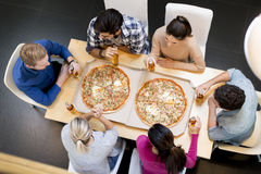 Freunde, die Pizza essen stockfoto