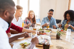 Freunde, die am Restaurant essen lizenzfreies stockbild
