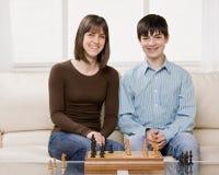Freunde, die Schach im Wohnzimmer spielen Stockfotos