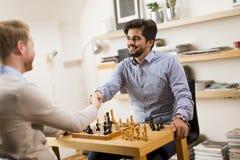 Freunde, die Schach spielen Lizenzfreies Stockfoto