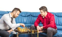 Freunde, die Schach spielen Lizenzfreie Stockfotos