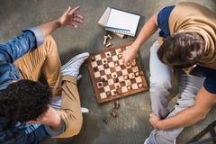 Freunde, die Schach spielen Stockfotografie