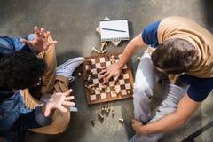 Freunde, die Schach spielen Lizenzfreie Stockfotografie