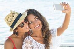 Freunde, die Selbstporträt nehmen Lizenzfreies Stockbild