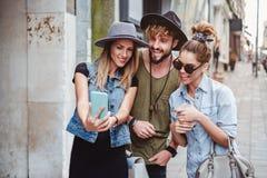 Freunde, die selfie auf der Straße und dem Lächeln nehmen lizenzfreies stockbild