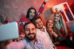 Freunde, die selfie beim Weihnachts- oder Sylvesterabend zu Hause feiern machen Stockbilder