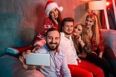 Freunde, die selfie beim Weihnachts- oder Sylvesterabend zu Hause feiern machen Stockfotografie
