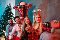 Freunde, die selfie beim Weihnachts- oder Sylvesterabend zu Hause feiern machen Lizenzfreie Stockfotografie