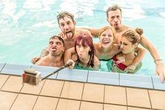 Freunde, die selfie im Pool nehmen stockfotografie