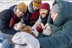 Freunde, die Selfie im Winter nehmen stockfotografie