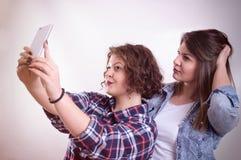Freunde, die selfie machen Zwei schöne junge Frauen, die selfie machen Stockbilder