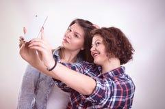 Freunde, die selfie machen Zwei schöne junge Frauen, die selfie machen Lizenzfreie Stockfotografie
