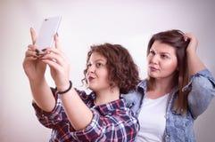 Freunde, die selfie machen Zwei schöne junge Frauen, die selfie machen Lizenzfreies Stockbild
