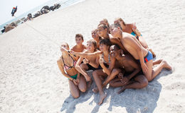 Freunde, die selfie mit Smartphone auf Strand nehmen lizenzfreies stockbild