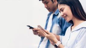 Freunde, die Smartphone, während der Freizeit verwenden Das Konzept der Anwendung des Telefons ist im Alltagsleben wesentlich lizenzfreie stockfotografie