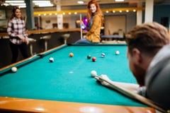 Freunde, die Snooker spielen Stockfoto