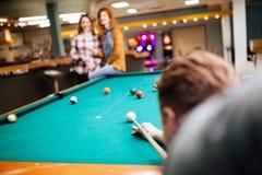 Freunde, die Snooker spielen Lizenzfreies Stockbild