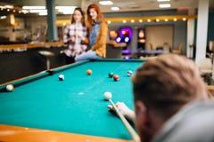 Freunde, die Snooker spielen Lizenzfreie Stockfotos