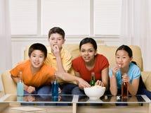 Freunde, die Soda trinken und Popcorn essen lizenzfreie stockbilder