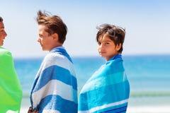 Freunde, die Sommerferien auf dem Strand verbringen lizenzfreie stockfotos