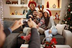 Freunde, die Spaß für Weihnachten haben stockbilder
