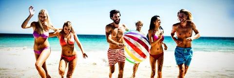 Freunde, die Spaß am Strand haben lizenzfreie stockfotografie