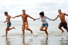 Freunde, die Spaß am Strand haben Lizenzfreie Stockfotos