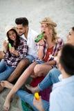 Freunde, die Spa? auf Strand am Sommer partying und gehabt worden sein w?rden stockbilder
