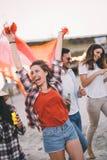 Freunde, die Spa? auf Strand am Sommer partying und gehabt worden sein w?rden lizenzfreies stockfoto
