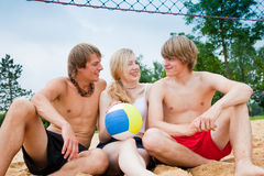Freunde, die Strandvolleyball spielen stockfotografie