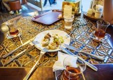 Freunde, die türkisches Baklava essen Lizenzfreies Stockfoto