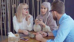 Freunde, die Tee und die Unterhaltung drinkiing sind stock video footage