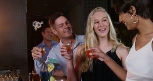 Freunde, die Tequila rösten stock video footage