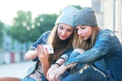 Freunde, die Videos aufpassen Stockbilder