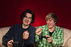 Freunde, die Videospiele spielen Stockfotografie