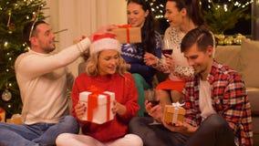 Freunde, die Weihnachten feiern und Geschenke geben stock video